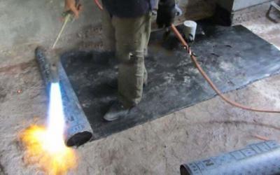 Chống thấm cho sàn tầng hầm bằng phương pháp màng khò nóng – công đoạn đốt cháy mép màng